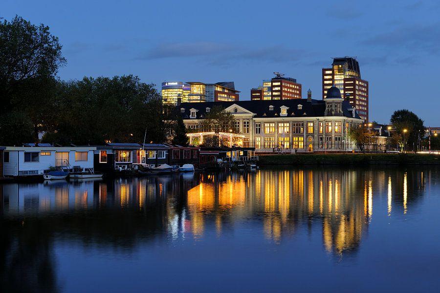 Koninklijke Nederlandse Munt in Utrecht met kantoorgebouwen op de achtergrond van Donker Utrecht