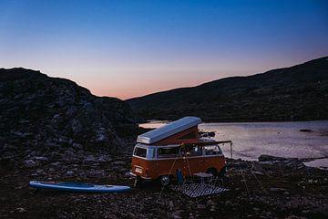 Camping-car VW solitaire au crépuscule sur Meral Soydas
