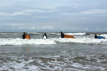 Vier jongeren gaan surfen in de Noordzee von Berthilde van der Leij