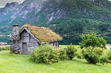 oud houten huis aan een fjord in noorwegen van Compuinfoto .
