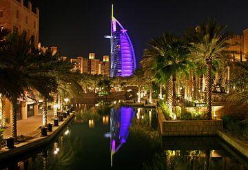 Burj Al Arab at night van Manuel Schulz