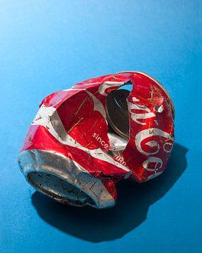 Pop-Art. Coca-Cola-Dose von Rasenmäher zerquetscht von Floris Kok