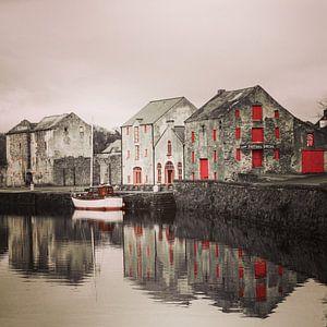 Oud pakhuis aan de 'Lennon' rivier, Ramelton, Ierland. van