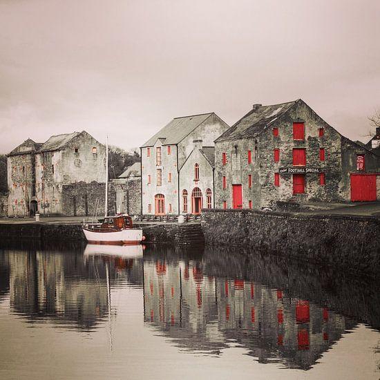 Oud pakhuis aan de 'Lennon' rivier, Ramelton, Ierland.