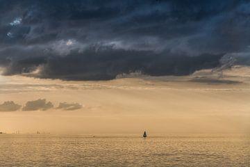 Vue de l'IJsselmeer lors d'une soirée calme de fin d'été depuis Hindeloopen sur Harrie Muis