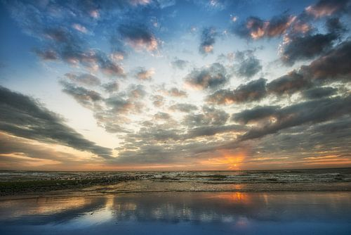 Zonsondergang, strand Noordzee van