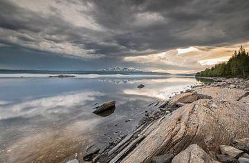 Onweer bij het meer Järpen - Kallsjön (Zweden) van Marcel Kerdijk