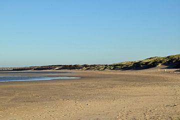 Strand en duinlandschap op de Brouwersdam in Zeeland, Nederland van Robin Verhoef