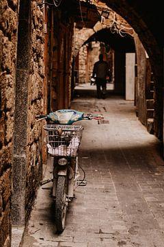 Scooter in een steeg in de oude stad van Sidon in Libanon van Moniek Kuipers