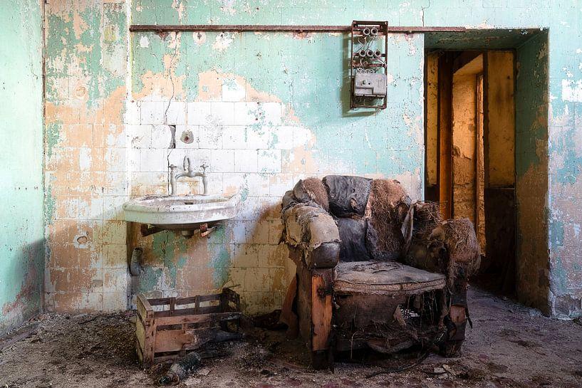 Oude en Verlaten Stoel. van Roman Robroek