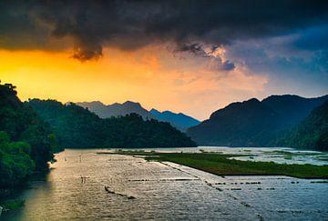 Donkere wolken boven de jungle van Vietnam van