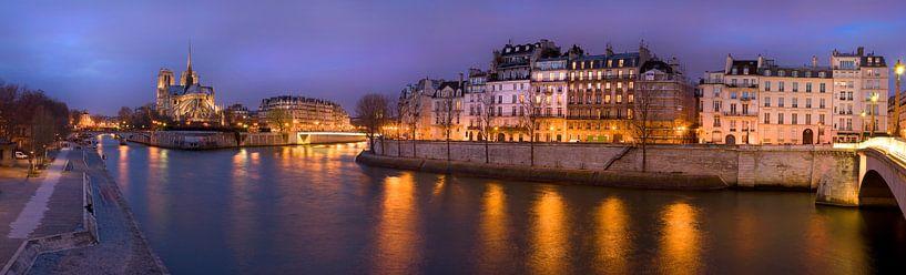 Notre-Dame de Paris en Ile Saint Louis bij avond / Notre-Dame de Paris and Ile Saint Louis at night van Nico Geerlings