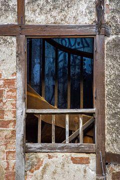 Markantes rustikales Fenster mit Holztreppe von Wil Wijnen