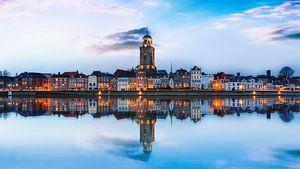 Reflectie van Deventer in de IJssel met wolken