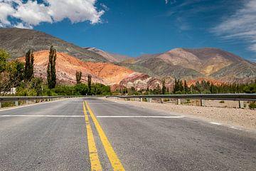 Der Weg zu den farbigen Bergen von Purmamarca in Argentinien von OCEANVOLTA