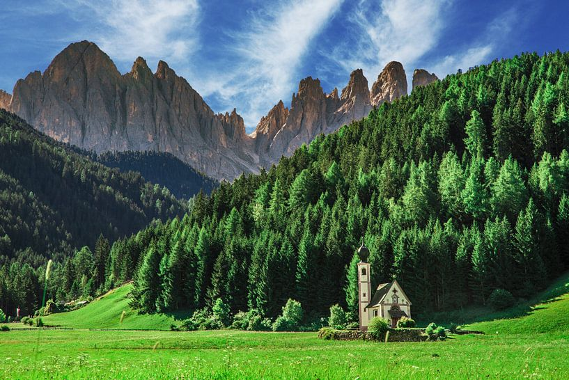 Kerk in Dolomieten van Ralf van de Veerdonk
