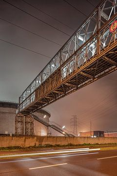 Pipeline brug in de buurt van een silo 's nachts in de industriële zone, Antwerpen van Tony Vingerhoets