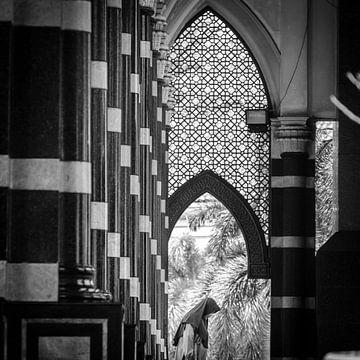 Frau in der Goldenen Moschee, Depok, Java, Indonesien von Bertil van Beek