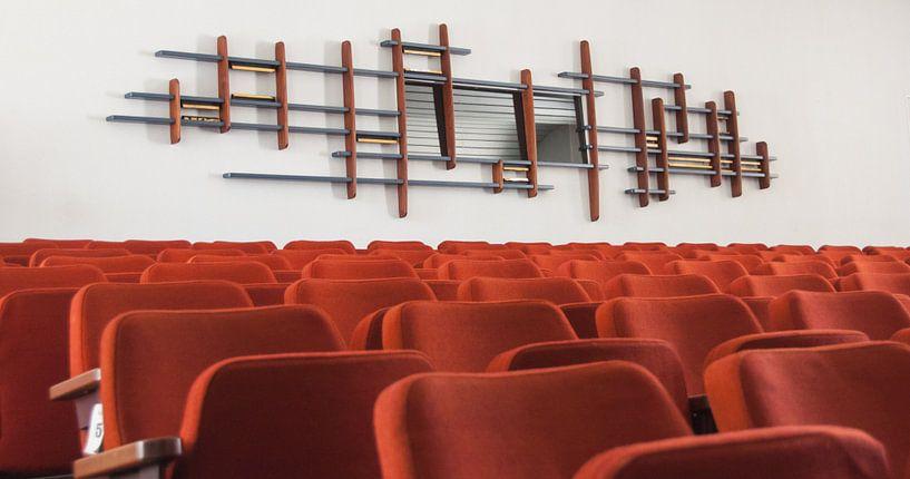 Oude auditoriumzaal voormalig NatLab, Strijp-S von Bas Wolfs