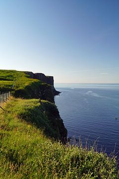 Creag an Fheilidh est un beau point de vue près de Staffin avec une chute d'eau dans la mer. sur Babetts Bildergalerie