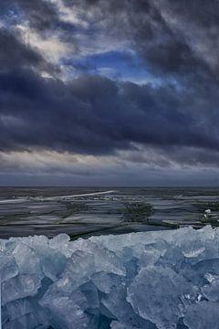 Stormachtige luchten en bergen met ijsblokjes van foto-fantasie foto-fantasie