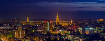 Die Stadt Groningen während der blauen Stunde
