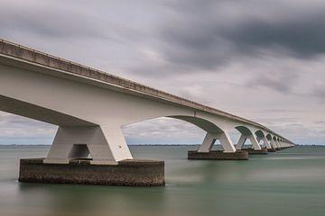 De brug over de Oosterschelde van Gerry van Roosmalen