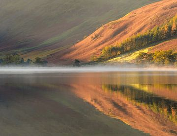 Couleurs d'automne en reflet à Buttermere, Lake District sur Jos Pannekoek