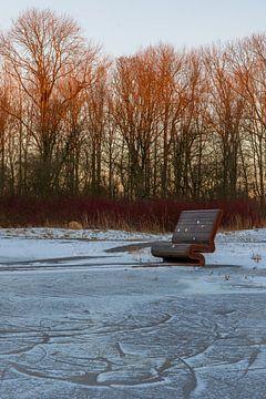 Bank am gefrorenen Wasser neben der Bosbaan in Amsterdam von Paul van Putten