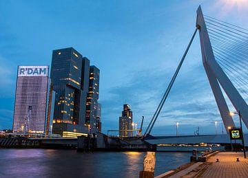 Die Skyline von Rotterdam am Abend von Marjolein van Middelkoop