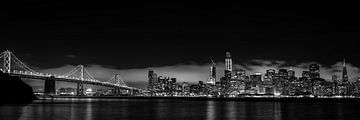 Panorama-opname van San Francisco skyline bij nacht met bay bridge in zwart-wit van Dieter Walther