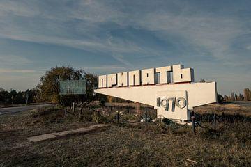 Plaatsnaambord van Prypyat bij Tsjernobyl in Oekraïne in de herfst van Robert Ruidl