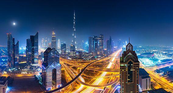Dubai skyline bij nacht