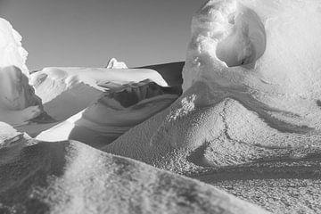 Vom Wind geformte Schneedünen im Schatten des Sonnenuntergangs. von André Post