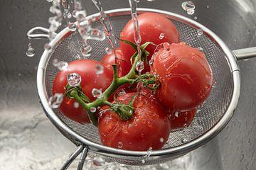 verse tomaten in een metalen slachterij tussen vele druppels water, het wassen en bereiden van gezon van Maren Winter