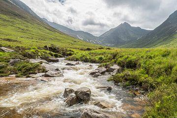 Schotse glen met waterval van Rob IJsselstein