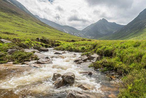 Schotse glen met waterval van