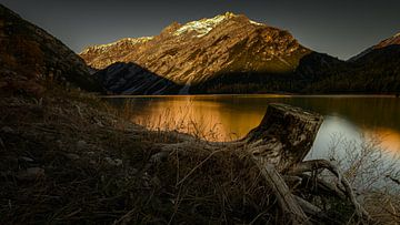 Sonnenuntergang an einem Bergsee in Italien. von Rick Ermstrang