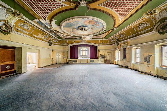 """Ballroom """"Red Curtain"""" II van Michael Schwan"""