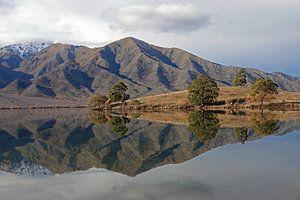 Spiegelmeer Lake Benmore in Nieuw Zeeland