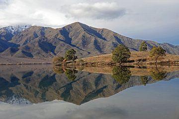 Lake Benmore,  lac de miroir sur l'île du sud de la Nouvelle-Zélande en hiver. sur Aagje de Jong