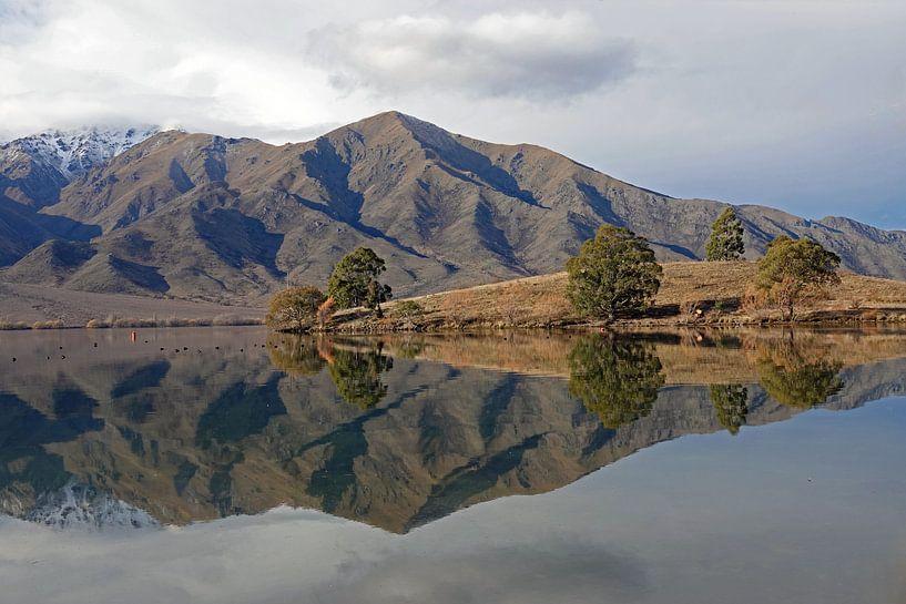 Spiegelmeer Lake Benmore in Nieuw Zeeland van Aagje de Jong