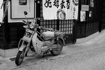 Retro Vespa scooter, Japan van Inge Hogenbijl