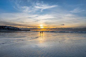 Wandelend op t strand van Mers Les Bains, Picardie, Frankrijk van Harrie Muis