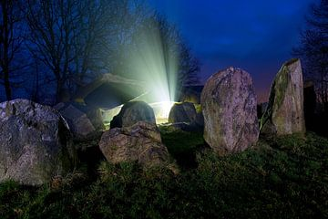 Hunebed mysterieus in de nacht van Anton de Zeeuw
