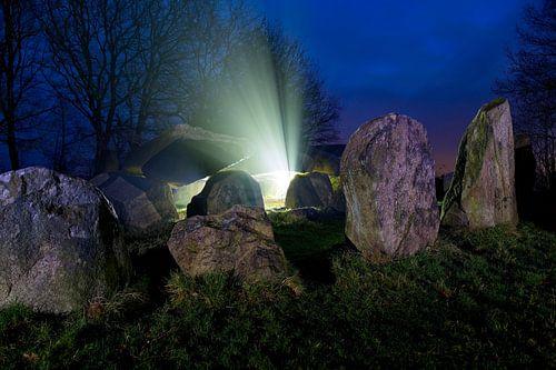 Hunebed mysterieus in de nacht