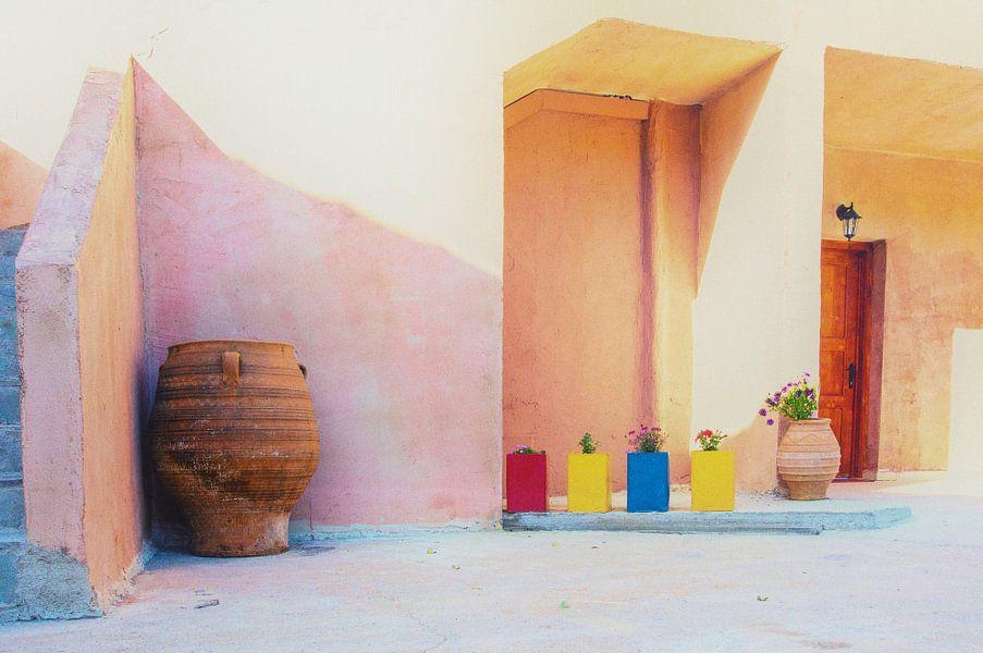 Binnenplaats van een schilderachtig dorpje op Kreta. van Ron Poot