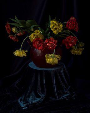Niederländisches Stillleben Delfs blaue Vase mit Tulpen im Stil der alten Meister von ina kleiman