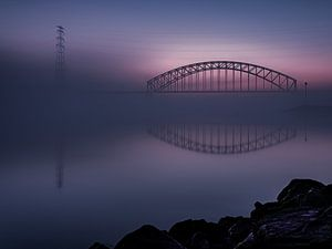 Spoorbrug in de mist