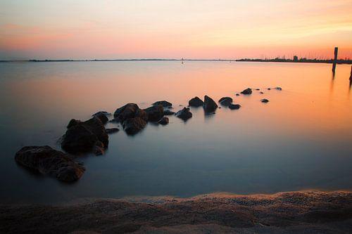 Zonsondergang aan het water van PJS foto